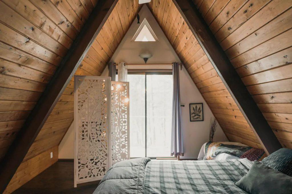 Cozy Cabins to Rent in Washington State - Little Bear Cabin Leavenworth Bedroom - Renee Roaming