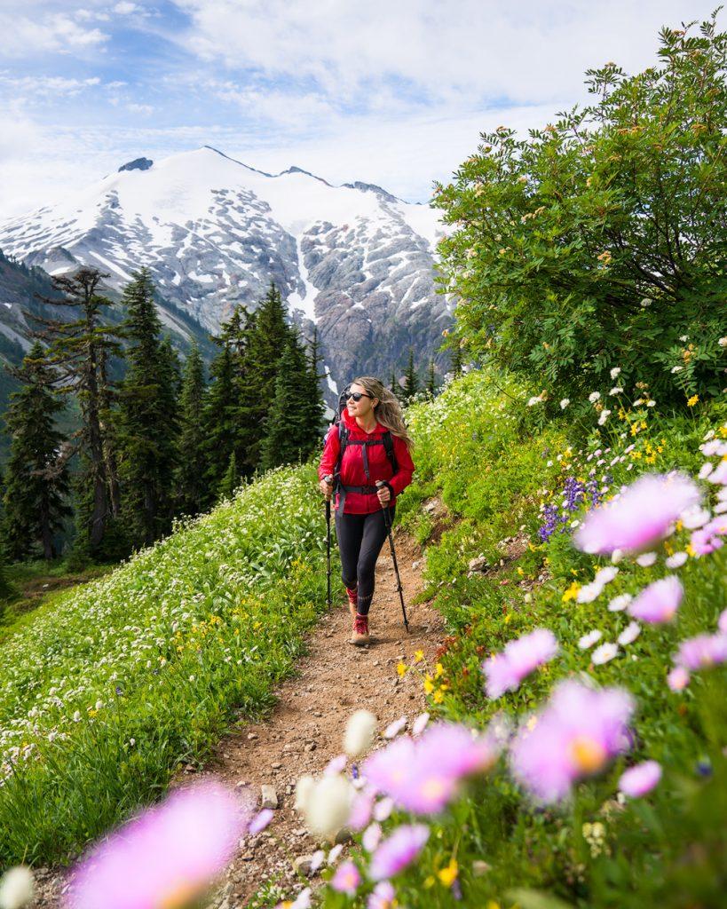 What to wear hiking as a woman - best hiking windbreaker for women