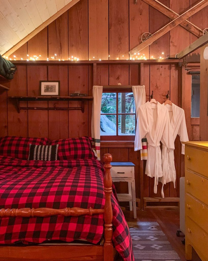 Cozy Oregon Log Cabin To Rent - Historic Cedarwood Cabin