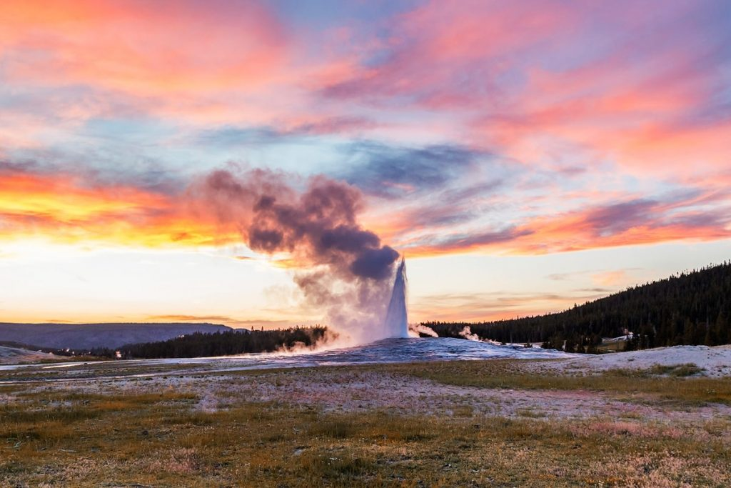 Ultimate Yellowstone National Park Guide and Itinerary- Faithful Geyser